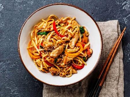 Пържени китайски спагети / нудели с три вида месо - свинско, пилешко и телешко и сладко кисело сос - снимка на рецептата